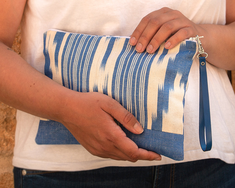 Bolso de mano clutch de tela mallorquina azul ikat