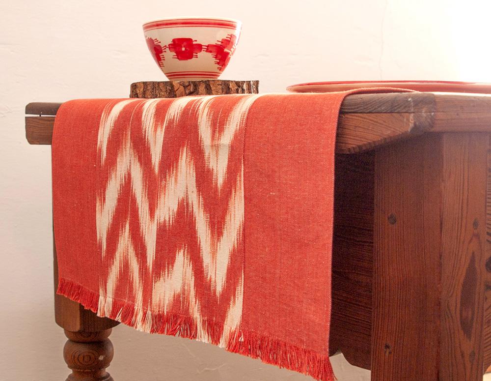 Camino de mesa hecho con tela mallorquina Cortines de la Llar
