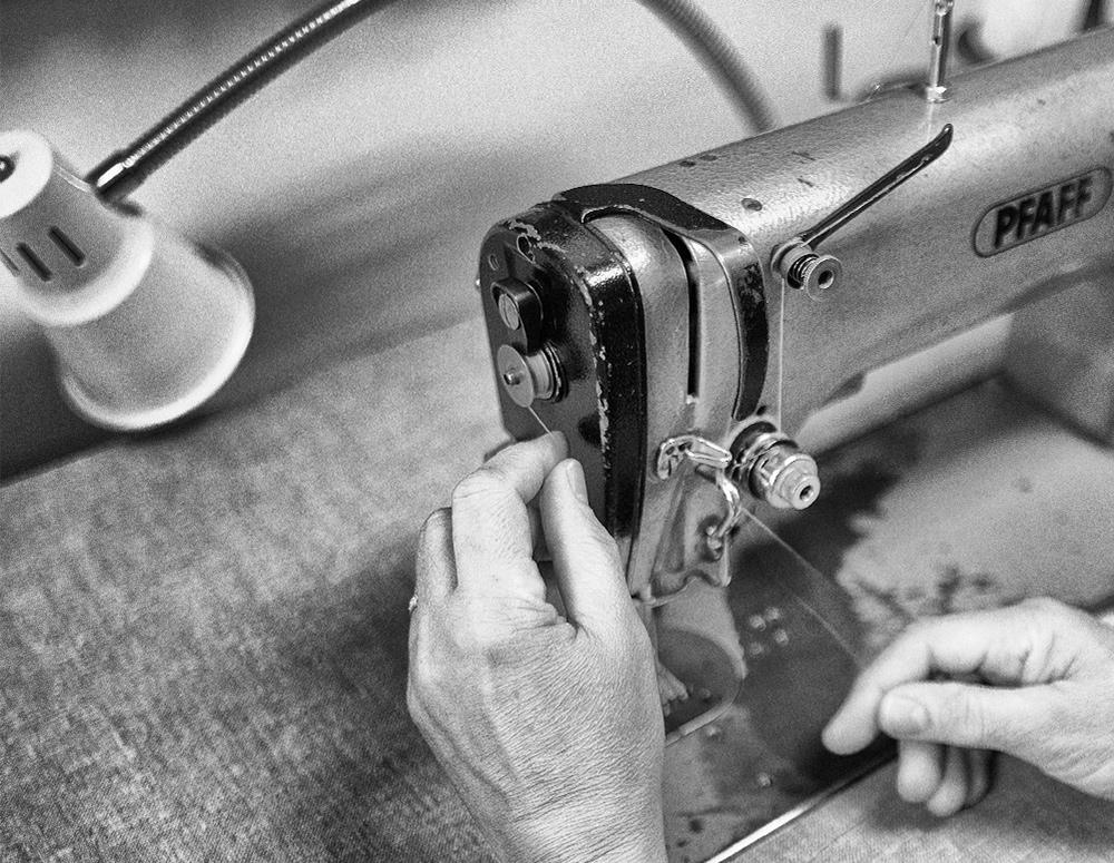 Persona trabajando en máquina de coser