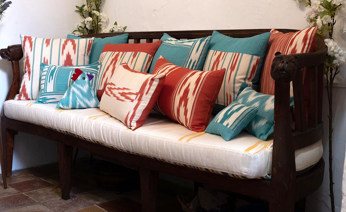 Sofá con selección de cojines de telas mallorquinas ikat colores